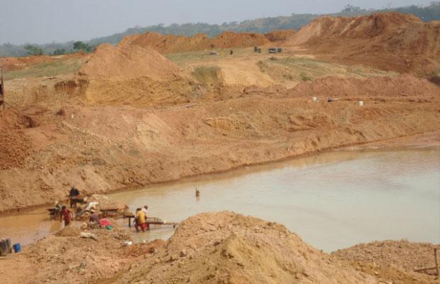 Mineria en tierra de ex-paramilitares
