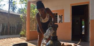 Para la comunidad campesina de María La Baja, el agua que corre por los canales del Distrito de Riego Público no es apta para consumo humano, dado que es usada para la agroindustria de la palma de aceite. Foto: Álvaro Avendaño.